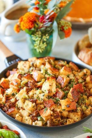 Relleno clásico de Acción de Gracias - ¡Esta será la única receta de relleno que siempre necesitarás! Tantas hierbas frescas y tan mantecosas. ¡Es simplemente el mejor de todos!
