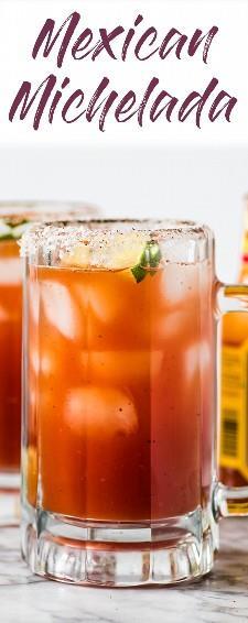 ¡Esta refrescante receta de Michelada hecha con jugo de Clamato y cerveza mexicana es el cóctel perfecto para el brunch o junto con sus comidas de fiesta mexicanas favoritas! #michelada #cocktail #mexican