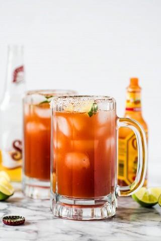 ¡Esta refrescante receta de Michelada hecha con jugo de Clamato y cerveza mexicana es el cóctel perfecto para el brunch o junto con sus comidas de fiesta mexicanas favoritas!