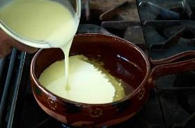 Verter la base de sopa de maíz blanco en caldo de pollo