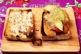 Brotes De Aguacate De Tomate De Pescado