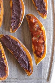 Estas pieles de camote horneadas con queso se cargan con frijoles negros, salsa y queso cheddar sin grasa y sin grasa. Sólo unos pocos ingredientes, pero saben tan bien!