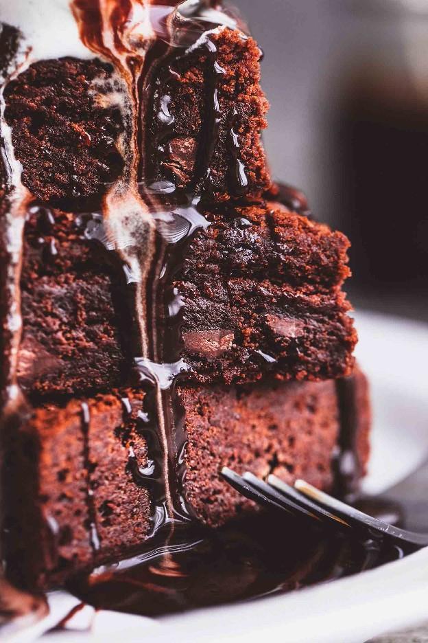 Fácil uma tigela MELHOR sempre super mastigável Gooey Brownies | lecremedelacrumb.com