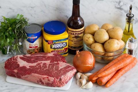 Los ingredientes necesarios para el asado de olla crockpot incluyen asado de chuck, papas amarillas, zanahorias, cebolla, ajo, hierbas, Worcestershire, caldo de res, ajo y maicena.