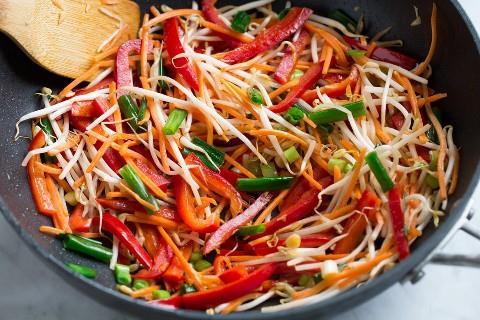 Salteando verduras en wok para pad thai.