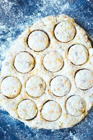 Galletas de queso cheddar con tocino de arce - ¡Galletas suaves, tiernas, tan escamosas que encantarán a toda la familia! Con tocino crujiente y jarabe de arce, ¿qué podría ser mejor, verdad?