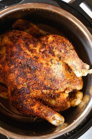 Instant Pot Rotisserie Chicken - 28 min de pollo asado entero? ¡Sí! El pollo sale perfectamente tierno, jugoso + lleno de sabor. ¡Y es TAN FÁCIL!