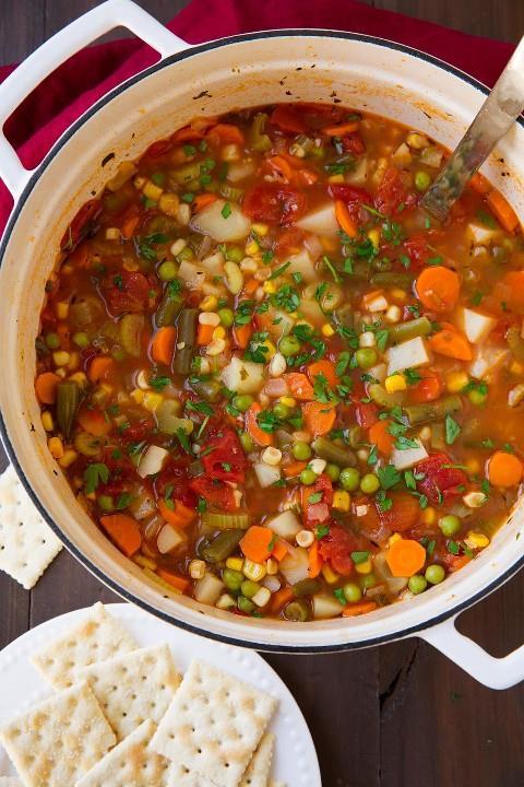 Olla llena de sopa de verduras casera fácil.
