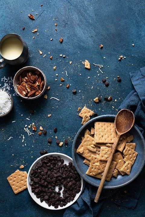 Los ingredientes necesarios para hacer barras de galletas mágicas se muestran aquí.