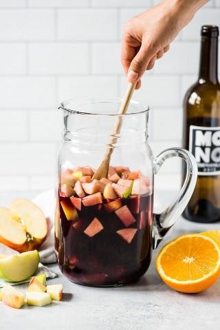 ¡Esta receta de sangría está hecha con solo 6 ingredientes, incluyendo manzanas picadas, naranjas y vino tinto español y es la sangría roja más fácil de todas!