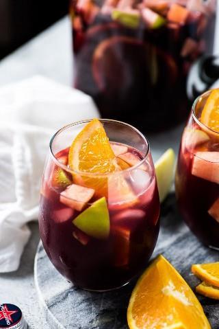 Esta receta de sangría roja está hecha con solo 6 ingredientes, incluyendo manzanas picadas, naranjas y vino tinto español, ¡y es la sangría roja más fácil de todas!