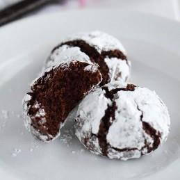 ¡Galletas de chocolate de vacaciones clásicas con un toque! Hechas con chocolate mexicano Abuelita, estas galletas festivas son suaves, masticables y están cubiertas de azúcar en polvo.