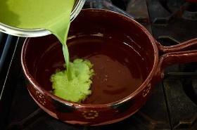 verter-cilantro-sopa-base-en-caldo de pollo