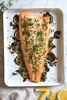 Este sencillo plato de salmón al horno está hecho con limón fresco y muchas hierbas frescas como el eneldo, el perejil y el cebollino.
