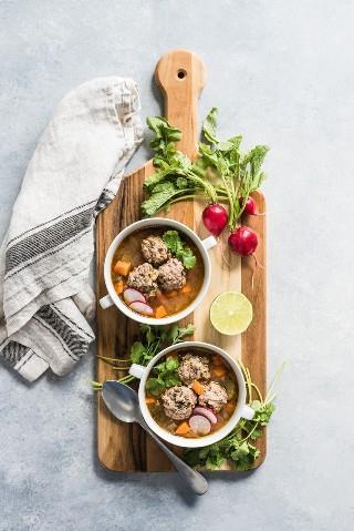 Esta receita de sopa de bolo de carne, uma autêntica sopa de almôndega mexicana, é servida em um caldo leve e saudável, cheio de legumes e proteínas magros. (sem glúten, paleo)
