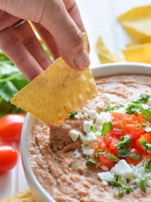 Esta receta de salsa cremosa de frijoles está hecha con queso crema, especias mexicanas y jalapeños en cubitos. ¡Es fácil de hacer y es el aperitivo o merienda perfecto!