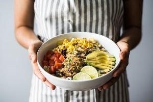 Una fresca y fresca ensalada mexicana de pollo con chimichurri que ofrece maíz asado, tomates de verano, pollo chimichurri marinado y asado y aguacates cremosos. (sin gluten)