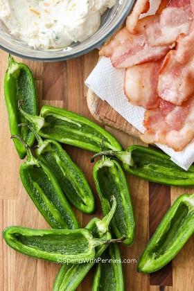 Ingredientes para fazer poppers de jalapeño grelhados.
