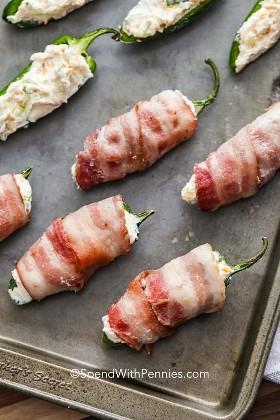 Uma assadeira com bacon popper jalapeño pronto para assar