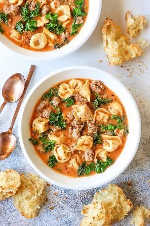 Sopa cremosa de Tortellini - ¡Mi sopa favorita de la noche de la semana hecha en solo 30 minutos! También es muy apestoso. Cargado de tortellini tierno, salchichas y col rizada!