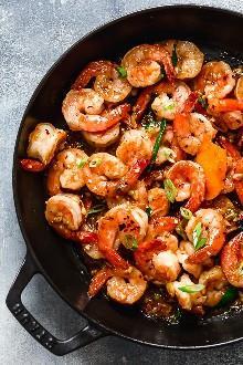 Para un salteado rápido y fácil de la noche, te encantará esta receta asiática de camarones con ajo y miel. Es dulce, picante, sabroso, y muy bueno !!