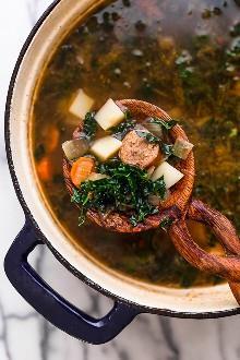 La sopa de col rizada y de patata con salchicha de pavo es una sopa fácil y abundante hecha con col rizada, papas, zanahorias y pavo o salchicha de pollo.