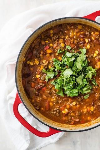 Esta sopa de tacos ofrece todo el sabor de tus tacos de carne molida favoritos, ¡pero en una sopa! ¡Sirva con sus ingredientes favoritos para tacos y chips de tortilla para un poco de crujido! (sin gluten, congelador amigable)