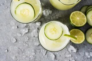El pepino Agua Fresca (también llamado Agua de Pepino) se elabora con un refrescante pepino, un chorrito de jugo de limón, un toque de azúcar y agua helada. Perfecto en un caluroso día de verano!