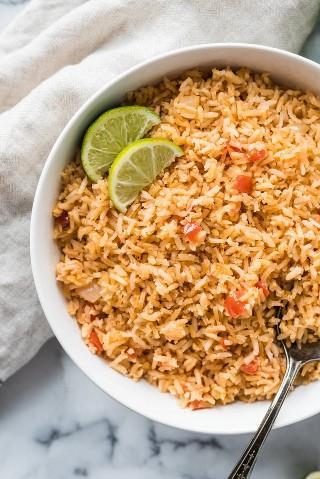 La auténtica receta de arroz mexicano de My Mom está hecha con ingredientes simples como tomates, cebollas y ajo picados y es el acompañamiento perfecto para cualquier comida.