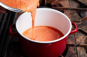 Preparando la Base para la Sopa de Tortilla