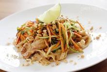 Fideos asiáticos de cacahuate con pollo, Lightened Up es delicioso, hecho con tiras de pollo salteadas, tallarines de arroz, cebolletas, zanahorias, ensalada de brócoli, brotes de soja en una salsa picante de maní. Una combinación ganadora de picante, crujiente, dulce y salada seducirá a tus papilas gustativas.