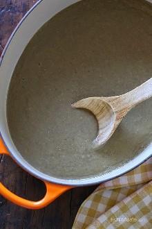 Un tazón cremoso de sopa de lentejas, hecho con comino, cilantro y papa para espesar, es la manera perfecta de calentarse en una fría noche de noviembre.