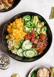 Con el Ahi Poke Bowl Ahi Poke Bowl de estilo hawaiano con atún marinado, arroz integral, aguacate, pepino, mango, macadamias y cebolletas es perfecto para las noches calurosas de verano.