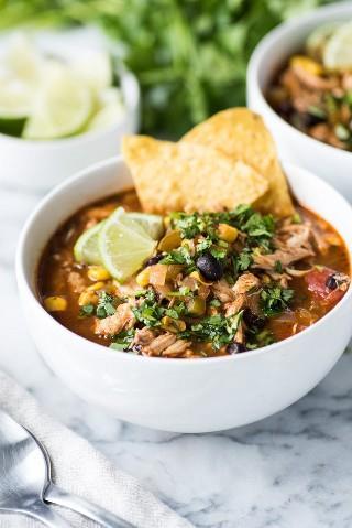 Esta receta de sopa de tortilla de pollo tiene la cantidad perfecta de especias junto con una porción saludable de verduras. (sin gluten, bajo en carbohidratos, congelador amigable)