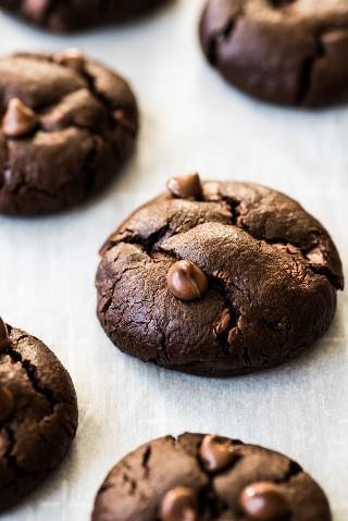 ¡Estas galletas de chocolate caliente mexicanas son súper chocolateadas, hechas con canela y chile en polvo para un pequeño toque mexicano y rematadas con mini malvaviscos!