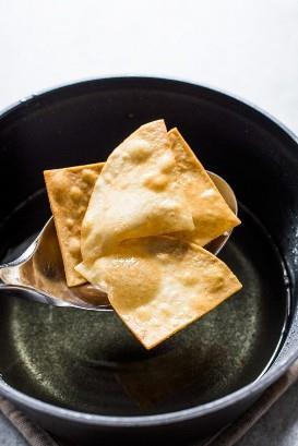Tortilhas caseiras frescas do óleo de fritura.