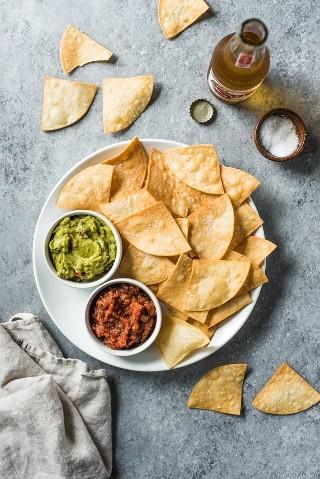 Essas tortilhas caseiras são o aperitivo mexicano perfeito. Eles são crocantes, crocantes e não desmoronam e derreterão quando mergulhados e comidos em lanches!