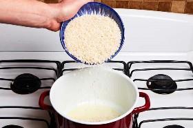 Agregando el arroz al aceite en una sartén
