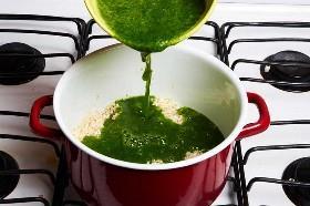 Agregar el puré de cilantro al arroz