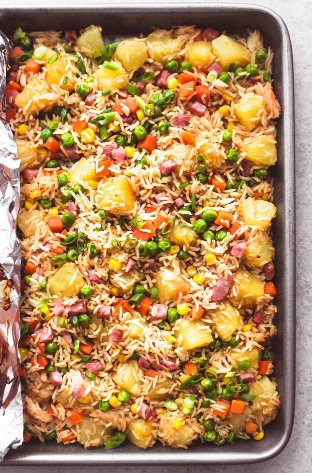 Hoja fácil de pan Teriyaki Receta de arroz frito con pollo y piña | lecremedelacrumb.com