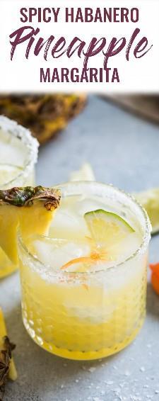 ¡Esta margarita de piña está hecha con jugo de piña dulce y un chile habanero para darle un toque picante a un cóctel refrescante! #margarita #cocktail #mexican #cincodemayo #tequila