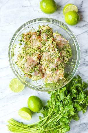 Muslos de pollo con cal y cilantro: este es verdaderamente el adobo de cilantro y limón más increíble que nunca. Y el pollo sale perfectamente jugoso y tierno.