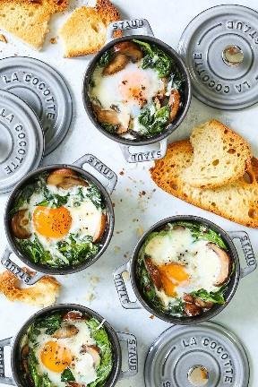 Huevos al horno con champiñones y espinacas - Huevos al horno individuales fáciles de peasy con champiñones salteados con ajo y espinacas marchitas. Saludable, cordial y rápido! Sirve para el desayuno, el almuerzo o la cena con un montón de tostadas con mantequilla! Ideal para invitados o para raciones individuales.