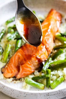 Miel al horno con salmón y espárragos Teriyaki con coliflor de arroz, esta cena de 15 minutos no solo es deliciosa, también es buena para usted.