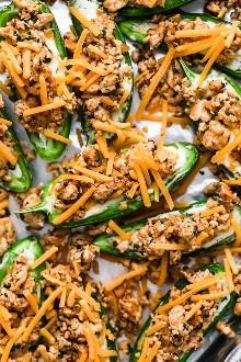 Los Jalapeños Poppers se encuentran con los nachos en este divertido y bajo toque de carbohidratos de dos aperitivos clásicos, ¡perfectos para compartir!