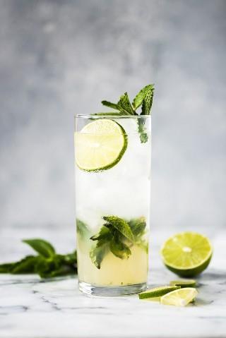 ¡Esta receta clásica de mojito es uno de los cócteles más refrescantes que jamás hayas comido! Hecha con ron blanco, jugo de limón y hojas de menta fresca, esta bebida es para el placer de la multitud.
