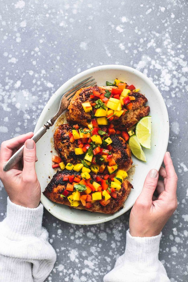 ¡Fácil, saludable y sabroso con solo unos pocos ingredientes, este pollo con salsa de mango será tu lugar ideal para las noches agitadas! | lecremedelacrumb.com
