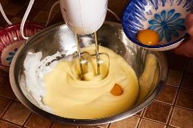Agregando las yemas a las claras de huevo