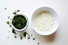 Cebolla y cilantro finamente picados en tazones de preparación