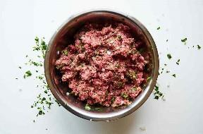 Ingredientes de albóndigas mixtas en un tazón de fuente de mezcla de acero inoxidable